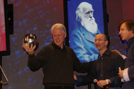 Clinton_and_award_with_jeff_bezos_a